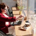 Nárok na invalidní důchod vzniká při snížené schopnosti pracovat (následek nemoci, úrazu, pracovního úrazu, nemoci z povolání apod.). Rozlišují se 3 stupně invalidity (I., II. a III. stupeň). Pro nárok na invalidní důchod je potřeba splnit minimální dobu pojištění. Výše invalidního důchodu zahrnuje v roce 2021 základní složku (3550 Kč) a procentní část (podle stupně invalidity).