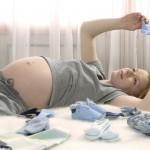 Výpočet výše mateřské je navázaný na příjem z poslední pojištění činnosti. U zaměstnanců je to typicky poslední zaměstnání.