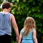 Aby byl nárok na přídavky na dítě, tak průměrný měsíční příjem rodiny (za poslední 3 měsíce, resp. za předchozí kalendářní čtvrtletí), nesmí překročit 2,7 násobek životního minima.