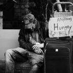 Příspěvek na živobytí (doplatek na bydlení), je sociální dávka pro osoby ve hmotné nouzi (pro ty, kdo mají nízké nebo vůbec žádné příjmy). Výpočet příspěvku je složitější. Záleží na vašem příjmu, počtu osob, nebo i celkových majetkových a sociálních poměrech.